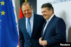 16일 독일 본에서 진행된 주요20개국(G20) 외교장관 회의 개막 일정에 참가한 세르게이 라브로프(왼쪽) 러시아 외무장관이 지그마르 가브리엘 독일 외무장관의 환영 인사를 받은 뒤 함께 웃고있다.