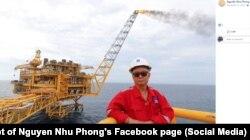 Nhà báo Nguyễn Như Phong trên một dàn khoan dầu