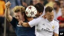 Jack McBean, del Galaxy, batalla con dos jugadores del Real Madrid.