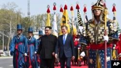 Perezida wa Koreya ya ruguru Kim Jong Un, ibubamfu, na mugenzi we wa Koreya ya Ruguru Moon Jae-in aho babonanira mu kibanza ca Panmunjom gitandukanya ivyo bihugu.