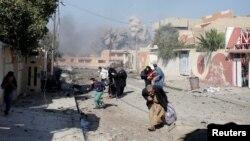 Warga berlarian panik pasca serangan udara pasukan koalisi menghantam kawasan Tahrir di Mosul, Irak, 17 November 2016 (REUTERS/Goran Tomasevic).
