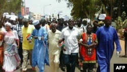 Les manifestants sont dans la rue le 16 avril 2016 à Banjul, Gambie.