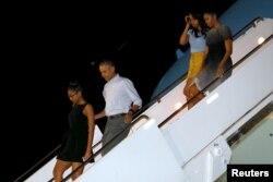 奥巴马总统和他的夫人及两个女儿在度假中。