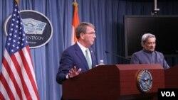 美國國防部長卡特與印度防長帕里卡爾開聯合記者會(2016年8月29日,美國之音黎堡拍攝)