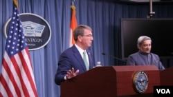 美国国防部长卡特与印度防长帕里卡尔开联合记者会(2016年8月29日,美国之音黎堡拍摄)