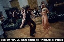 Susan Ford dan SMA-nya (Holton-Arms School) mengadakan pesta prom di East Room, Gedung Putih.