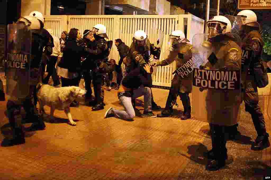 Cảnh sát chống bạo loạn bắt một người biểu tình bên ngoài trụ sở Quốc hội ở Athens, 19 tháng 2, 2012. (AP)