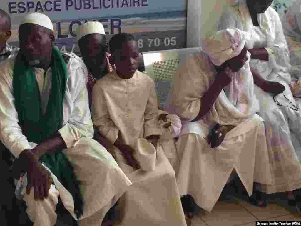 Les Ivoiriens sont venus nombreux à attendre la dépouille de Cheik Tioté, à l'aéroport d'Abidjan, le 15 juin 2017. (VOA/Georges Ibrahim Tounkara)