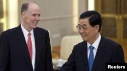 Cố vấn An ninh Quốc gia Hoa Kỳ Tom Donilon và Chủ tịch Trung Quốc Hồ Cẩm Ðào tại Sảnh đường Nhân dân ở Bắc Kinh, ngày 24/7/2012