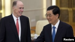 U.S. National Security Advisor Tom Donilon (L) and China's President Hu Jintao during their meeting at the Great Hall of the People in Beijing, July 24, 2012.
