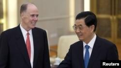 Penasihat Keamanan Nasional AS Tom Donilon (kiri) dan Presiden Tiongkok Hu Jintao seusai pertemuan di Beijing (24/7).