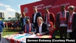 Madaxda Bayern Munich iyo madaxda xiriirka kubadda cagta Itoobiya oo heshiis saxiixaya