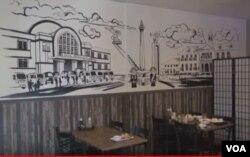 Mural D'jakarta Cafe, hasil desain Aan Brotherhood di Indonesia (Dok: VOA)