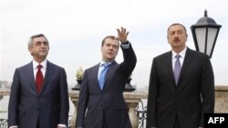 Президент Армении Серж Саргсян, президент РФ Дмитрий Медведев и президент Азербайджана Ильхам Алиев на встрече в Казани