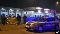 Cordon de la police italienne autour d'un corps pares one fusillade a Milan. Italie, 23 dec, 2016.