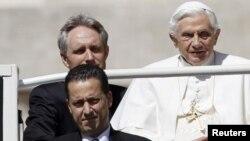 ນາຍ Paolo Gabriele (ຊ້າຍ-ລຸ່ມ) ຄົນຮັບໃຊ້ປະຈໍາໂຕ ສັນຕະປາປາ Benedict XVI, ຮູບຖ່າຍເມື່ອວັນທີ 23ພຶດສະພາ 2012.