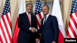 Ngoại trưởng Mỹ John Kerry (trái) và Thủ tướng Ba Lan Donald Tusk ở Warsaw, ngày 5/11/2013.