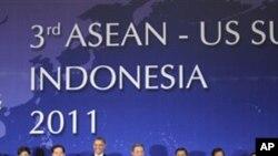 아세안 정상회의에 참석한 각국 정상들, 바락 오바마 미국 대통령(왼쪽에서 세번째)