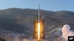 12일 북한이 동창리에서 쏘아올린 은하3호 로켓 발사 장면.