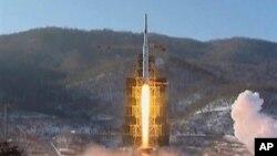 12일 북한 동창리의 은하3호 로켓 발사 장면.