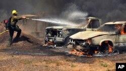 Nuevas aeronaves antincendios, incluyendo las llamadas súper cucharas, que recogen agua de lagos y lagunas sin tener que aterrizar luchan por combatir las llamas.