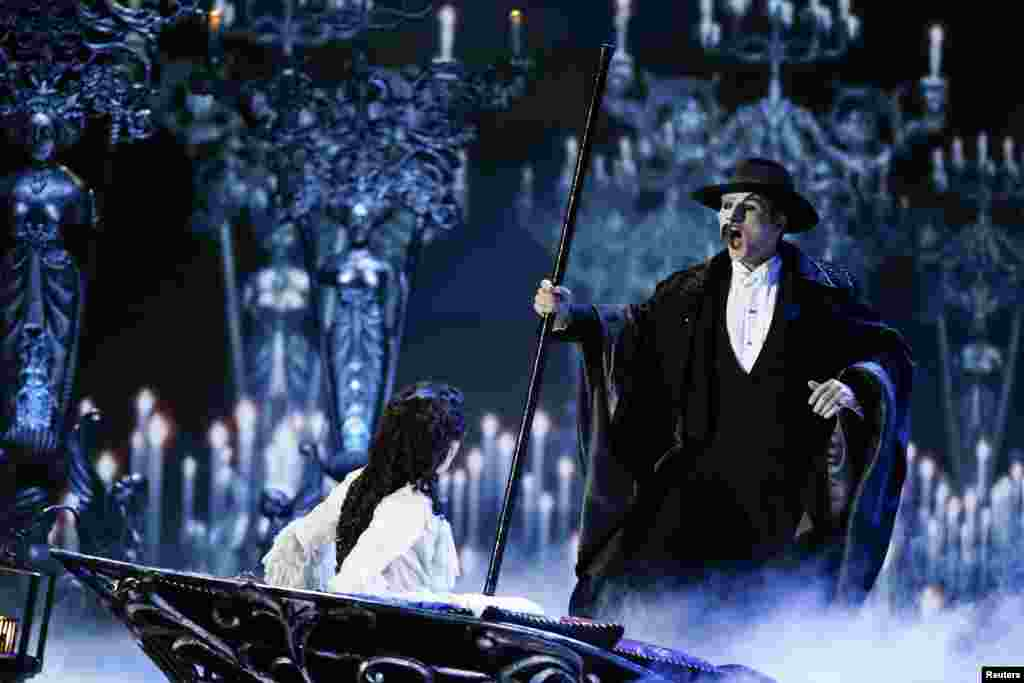 "Actors Peter Joback and Samantha Hill perform a scene from the musical ""The Phantom of the Opera"" during the Tony Awards in New York, June 9, 2013."