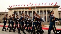 中國人民解放軍2017年11月9日在人民大會堂前資料照。