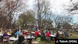 """Pengunjung menikmati piknic """"potluck"""" di di pusat rehabilitasi hewan Poplar Spring di Poolesville, negara bagian Maryland."""