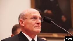 美国海军作战部长吉尔代(Admiral Gilday)在国会作证(美国之音黎堡2020年2月27日摄)