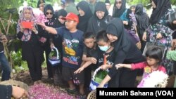 Mayor Penerbang Ivy Safatillah (37) yang meninggal dunia dalam test flight pesawat EMB-314 Super Tucano di Malang Jawa Timur hari Rabu (10/2) dimakamkan di Taman Makam Pahlawan Kusumanegara Yogyakarta Kamis siang (11/2). (VOA/Munarsih Sahana)
