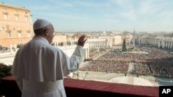 Đức Giáo Hoàng phát biểu hôm 25/12 trước hàng chục ngàn tín hữu tụ tập tại quảng trường Thánh Phêrô dưới bầu trời xanh không một gợn mây.