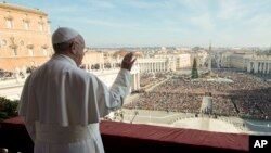 """Le pape François pronounce son message """"Urbi et Orbi"""" (à la cite et au monde) et sa bénédiction depuis le balcon central de la basilique St Pierre au Vatican, 25 décembre 2015."""