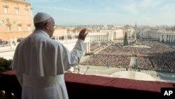 Papa Franja upućuje tradicionalnu božićnu poruku sa balkona bazilike svetog Petra u Vatikanu