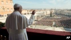 """El papa ofrece su mensaje """"Urbi et Orbi"""" desde el balcón central de la Plaza de San Pedro en el Vaticano."""