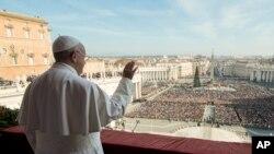 """Le pape François donne sa bénédiction """" Urbi et Orbi"""" depuis le balcon central de la basilique Saint-Pierre au Vatican, le 25 décembre 2015 ( Archive)"""