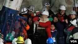 Presiden Chili Sebastian Pinera memeluk Florencio Avalos, penambang pertama yang berhasil keluar dari lubang tambang.