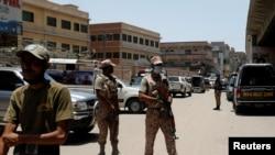 Tentara paramiliter berjaga-jaga di sekitar lokasi ledakan granat di luar sebuah perguruan tinggi, Karachi, Pakistan, 19 Juni 2020.