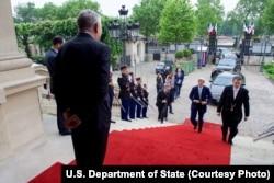 ລັດຖະມົນຕີ ຕ່່າງປະເທດຝຣັ່ງ ທ່ານ Jean-Marc Ayrault, ຊ້າຍ, ຕ້ອນຮັບ ລັດຖະມົນຕີ ຕ່າງປະເທດ ສະຫະລັດ ທ່ານ John Kerry ທີ່ທຳນຽບ Quai d'Orsay.