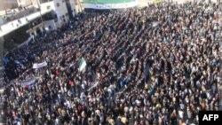 Người biểu tình phản đối Tổng thống Bashar al-Assad tuần hành trên các đường phố ở Adlb, ngày 2/12/2011.