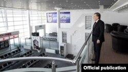 O'zbekiston Prezidenti Shavkat Mirziyoyev Termiz xalqaro aeroportining yangi terminali bilan tanishmoqda.
