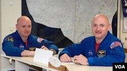 Mark Kelly (a la derecha) y su hermano gemelo Scott Kelly (izquierda) se encontrarán en la Estación Espacial Internacional en febrero de 2011.