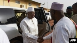 Le Premier ministre malien Soumeylou Boubeye Maiga serre la main du maire de Mopti lors de sa visite dans la région centrale du Mali, le 14 octobre 2018.