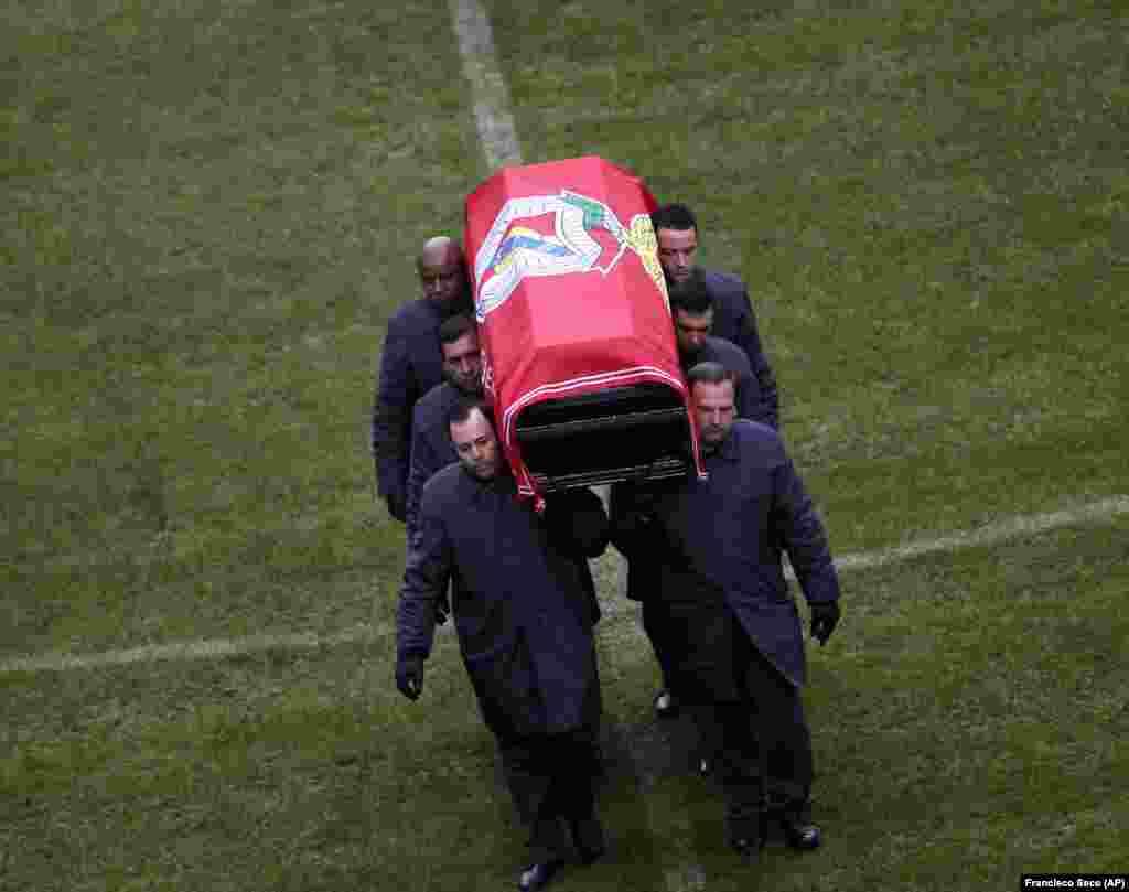 """A urna de Eusébio é retirada do relvado do Estádio da Luz, durante a homenagem feita ao """"pantera negra"""", que sucumbiu a um ataque cardíaco a 5 de Janeiro. As cerimónias fúnebres em sua honra decorreram no Estádio da Luz, em Lisboa, Jan. 6, 2014"""