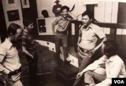 Sinh hoạt Hội Hoạ Sĩ Trẻ Việt Nam; từ trái: Trịnh Cung, Nguyễn Trung, Nghiêu Đề, Mai Chửng, Hồ Thành Đức. [tư liệu Hội Hoạ Sĩ Trẻ Việt Nam]