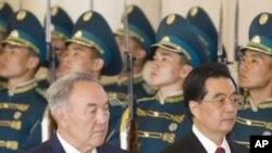 星期一中國國家主席胡錦濤和哈薩克斯坦總統哪扎爾巴耶夫檢閱儀仗隊