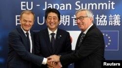 6일 벨기엘 브뤼셀에서 일본과 유럽연합(EU)이 경제동반자협정 협상을 사실상 타결했다. 왼쪽부터 도날트 투스크 EU 정상회의 상임의장, 아베 신조 일본 총리, 장클로드 융커 EU 집행위원장.