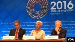 國際貨幣基金組織總裁拉加德(中)在年會記者會上(美國之音莫雨拍攝)
