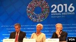国际货币基金组织总裁拉加德(中)在年会记者会上(美国之音莫雨拍摄)