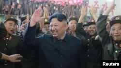 Le leader de la Corée du Nord Kim Jong Un au milieu des troupes nord-coréennes à Pyongyang, 5 juillet 2017.
