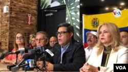 """En el centro, Óscar López, director de la oficina de """"Venezolanos en el Mundo"""" durante la conferencia de prensa celebrada este miércoles en Miami (Florida) para dar detalles sobre la marcha """"Venezuela Despierta"""" en varias ciudades del mundo."""